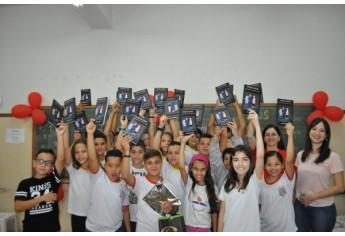 Alunos do 5º ano C com um exemplar do livro O Poder da Amizade (Foto: Da Assessoria).