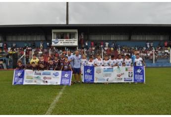 Projeto Universidade de Futebol também participou da reinauguração do estádio municipal (Foto: Assessoria de Imprensa).