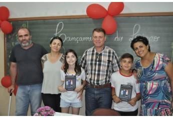 João Miguel Azevedo e Maria Clara de Oliveira Servante Linares com seus pais durante a manhã de autógrafos (Foto: Da Assessoria).