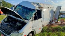 Motorista perde controle de furgão, veículo sai da pista e capota no acostamento