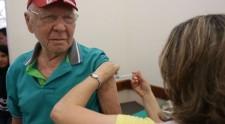 Fique em casa: em Adamantina, idosos são vacinados nas residências, contra a gripe