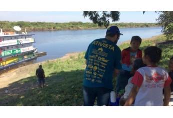 Bruno realiza atendimento a moradores das comunidades ribeirinhas e indígenas (Foto: Acervo Pessoal).