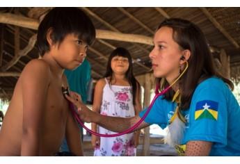Maria Eduardo presta atendimento a moradores na região atendida pela expedição (Foto: Acervo Pessoal).