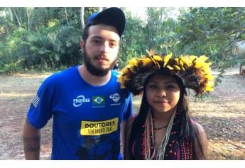 Bruno com moradora indígena, em Rondônia (Foto: Acervo Pessoal).