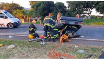 Carro capota na SP-294 e deixa quatro pessoas feridas; motorista fugiu do local