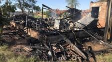 Casa é destruída por incêndio na Santos Dumont