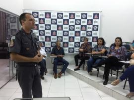 Capitão Júlio apresenta detalhes sobre a dinâmica do programa Vizinhança Solidária ao grupo de moradores do Parque Universitário (Foto: Siga Mais).