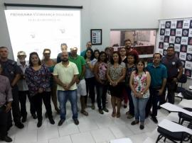 Grupo de moradores do Parque Universitário com o comandante da PM de Adamantina, capitão Júlio (Foto: Siga Mais).