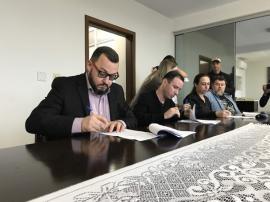 Representantes das empresas assinam contratos de concessão de áreas (Foto: Siga Mais).