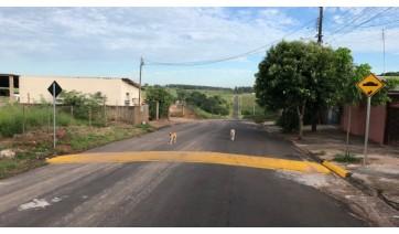 Novo redutor de velocidade é instalado na Avenida Rio Branco, altura do Jardim Adamantina, como tentativa para reduzir a velocidade no trecho (Foto: Siga Mais).