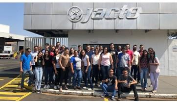 Estudantes da Fatec Adamantina são recebidos no Grupo Jacto, em Pompéia (Fotos: Cedidas).