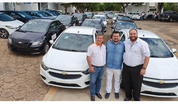 Alta Paulista Locadora, do empresário Waldir Baessa (esquerda), escolheu a Proeste Chevrolet de Adamantina para promover a modernização da frota, com a aquisição de 20 novos veículos zero quilômetro (Divulgação).