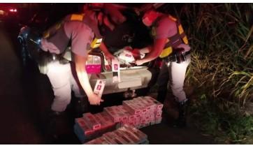 Policiais encontraram 110 pacotes de cigarro sem nota fiscal, oriundos do Paraguai, no porta-malas do carro (Cedida/PM Rodoviária).