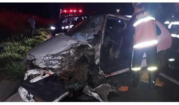 Carro invade pista contrária e mata condutor na SP-425