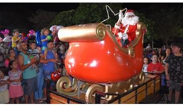 Papai Noel chega de trenó guinchado por carro em Adamantina (Foto: Da Assessoria).