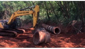 Secretaria Municipal de Obras instala tubulação próximo ao Córrego Caldeiras, no Mário Covas