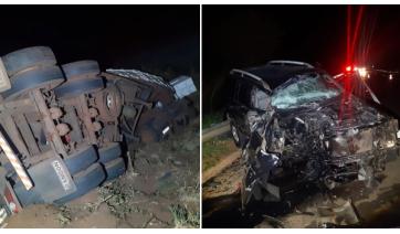 Caminhão tombou e carro ficou destruído na colisão frontal  (Cedida/PM Rodoviária).