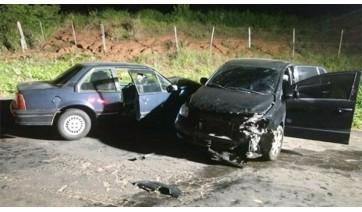 Colisão em vicinal envolveu dois veículos e deixou quatro pessoas feridas.  Foto: João Mário Trentini)