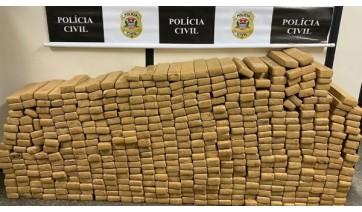 Ao todo foram localizados e apreendidos 518 tabletes de maconha na carroceria do caminhão (Foto: Cedida/Polícia Civil).