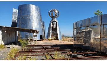 Peças da estátua gigante estão em um terreno às margens da Via Dutra. Estrutura foi criada com a expectativa de ser mais alta que o Cristo Redentor (Reprodução: Fábio França/G1).