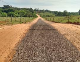 Por meio da reposição de pedras, Secretaria de Obras trabalha na recuperação da estrada do Pavão (Foto: Da Assessoria).