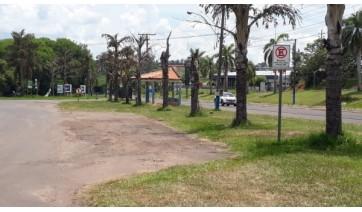 Placas na avenida Francisco Antônio Fortunato, na região de quiosques, na Via de Acesso da cidade de Lucélia (Divulgação/PML).