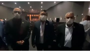 Vereador Sigmar Dantas, prefeito Ricardo Watanabe e vice-prefeito Gilson Paulo Ferreira, no anúncio do pacote de investimentos (Reprodução).