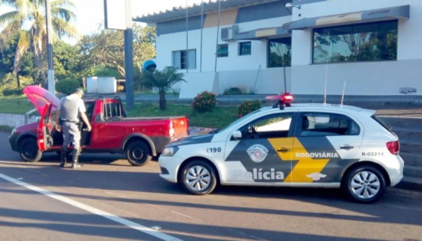 Polícia Rodoviária prende motorista e apreende carro com licenciamento falso