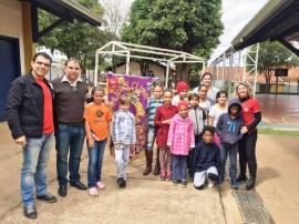 Companheiros do Lions Clube, Sival e Renata, com o diretor Ricardo Mendes e alunos da EMEF Eurico Leite de Morais  (Foto: Assessoria de Imprensa do Lions Clube).
