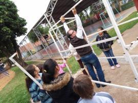Diretor Ricardo Mendes e alunos durante atividades do projeto Horta Educativa (Foto: Assessoria de Imprensa do Lions Clube).