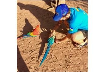 Bruno, em contato com a fauna amazônica, durante a expedição (Foto: Acervo Pessoal).