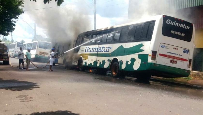 Ônibus são destruídos por incêndio em Paulicéia