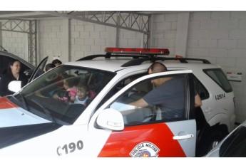 Crianças da EMEI Pequeno Polegar visitam a Polícia Militar em Adamantina, em atividade ligada ao Dia do Soldado (Foto: Cedida/PM).