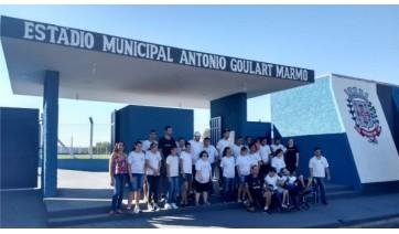 Alunos da APAE conhecem o estádio municipal Antônio Goulart Marmo (Foto: Da Assessoria).