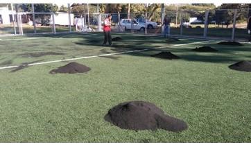 SELAR realiza manutenção na quadra de grama sintética no Parque dos Pioneiros