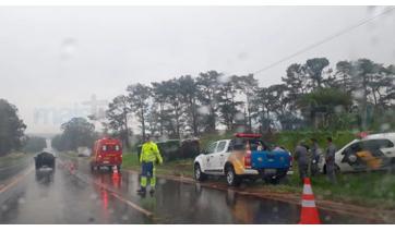 Caminhão tomba na SP-294 e motorista é socorrido com ferimentos leves