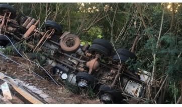 Caminhão-tanque com dez mil litros de etanol tomba às margens de córrego