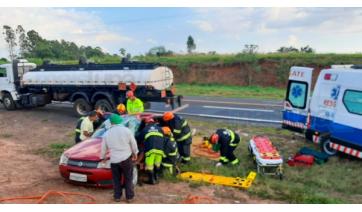 Acidente envolveu um automóvel de passeio, que fez manobra irregular, e um caminhão (Foto: Diego Pereira/Mais Tupã).