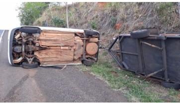 Veículo tomba na SP-294, em Flórida Paulista; ninguém se feriu