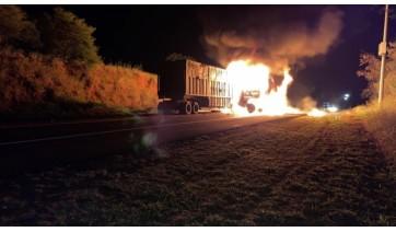 Incêndio atingiu carreta e parte da carga levada em semirreboque canavieiro (Foto: Willian Campesi. Reprodução/G1).