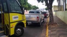 Motoristas estacionam carros em faixas exclusivas para ônibus em áreas escolares