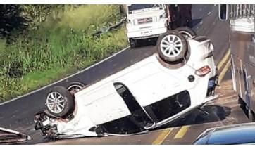 Mulheres ficam feridas após capotamento do veículo na SP-294