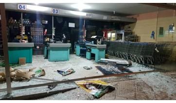 Porta de vidro temperado ficou destruída após ser atingida por carro dirigido por motorista alcoolizado (Foto: Reprodução/Site Jorge Zanoni).