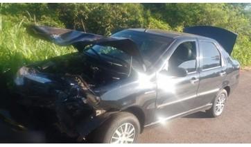Carro ficou parcialmente danificado e mulher, que viajava como passageira, sofreu ferimentos leves (Foto: Reprodução/Tupã Notícias).