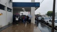 Vacina contra a Covid-19: chuva gera aglomeração para retirada de senhas no CIS