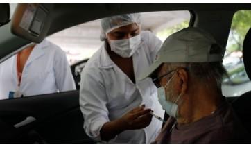 Covid-19: vacinação reduz pela metade morte entre idosos com mais de 80 anos no Brasil, diz estudo