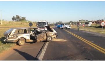 Carro cruza rodovia e é colhido por caminhão na SP-294, trecho entre Osvaldo Cruz e Inúbia Paulista