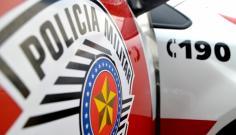 Homem é preso pela PM após agredir, ameaçar de morte duas pessoas e danificar carro