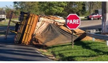 Caminhão carregado de amendoim tomba na SP-294