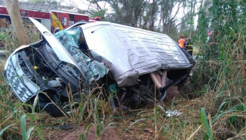 Motorista de van morre após acidente com caminhão na SP-294
